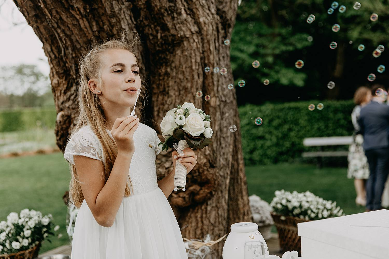 bruidsmeisje bellen blazen tuin