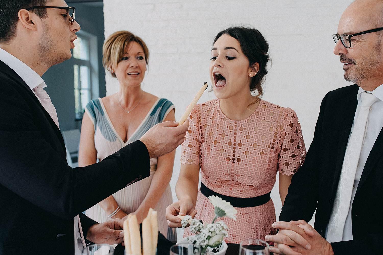 Bruidsmeisje eet snacks huwelijk