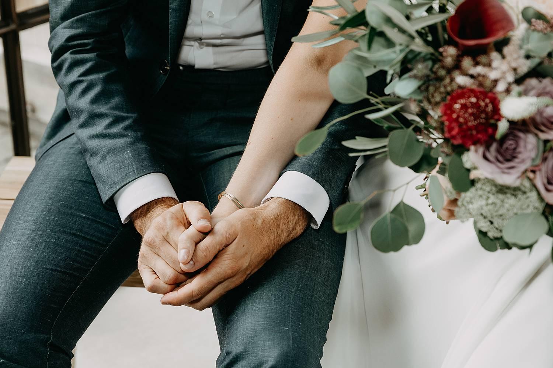 details handen bruidspaar binnenceremonie