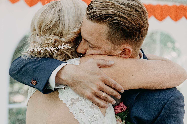 bruidspaar binnenceremonie knuffel na ja-woord