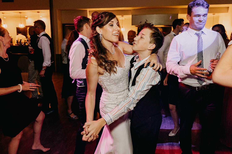 bruidspaar danst avondfeest huwelijk