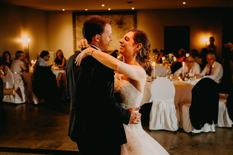 Bruidspaar danst huwelijk Hof te Rhode