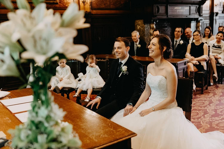 bruidspaar geniet trouwzaal stadhuis Hasselt