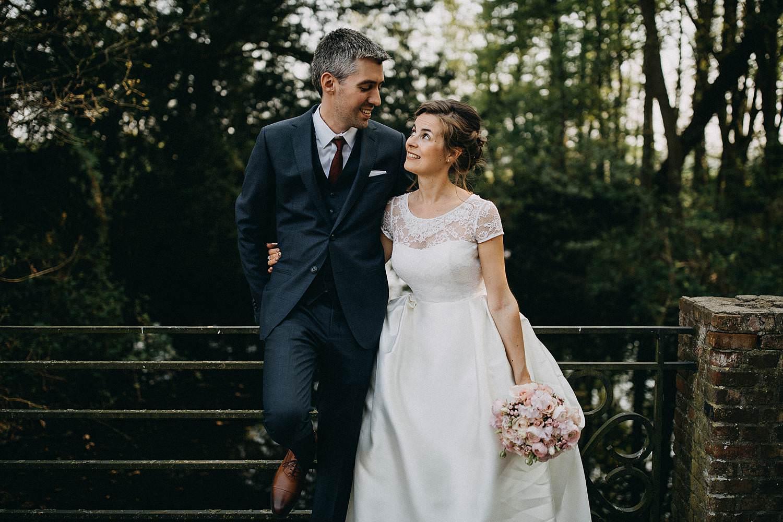 Bruidspaar in parktuin Schelle