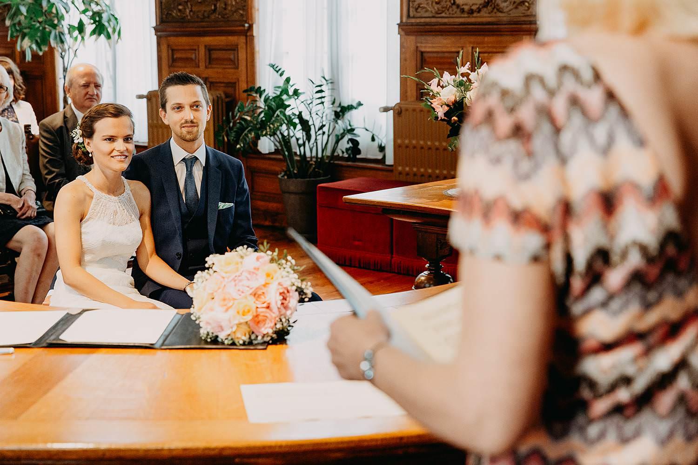 bruidspaar in trouwzaal gemeentehuis
