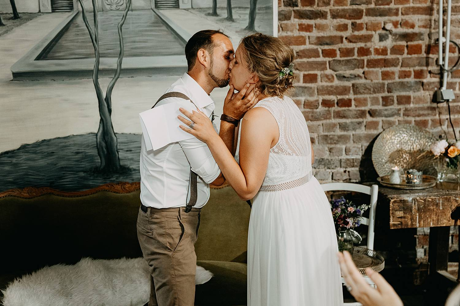 bruidspaar kust binnenceremonie