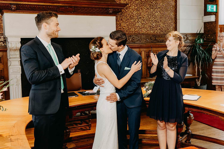 bruidspaar kust in trouwzaal gemeentehuis