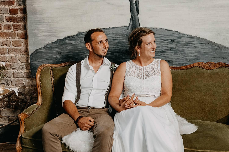 bruidspaar op zetel binnenceremonie