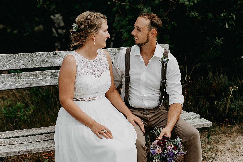 Bruidspaar zit op bank De Teut