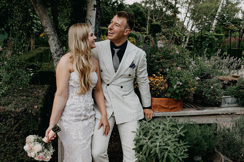 Bruidspaar tuin huwelijksreportage