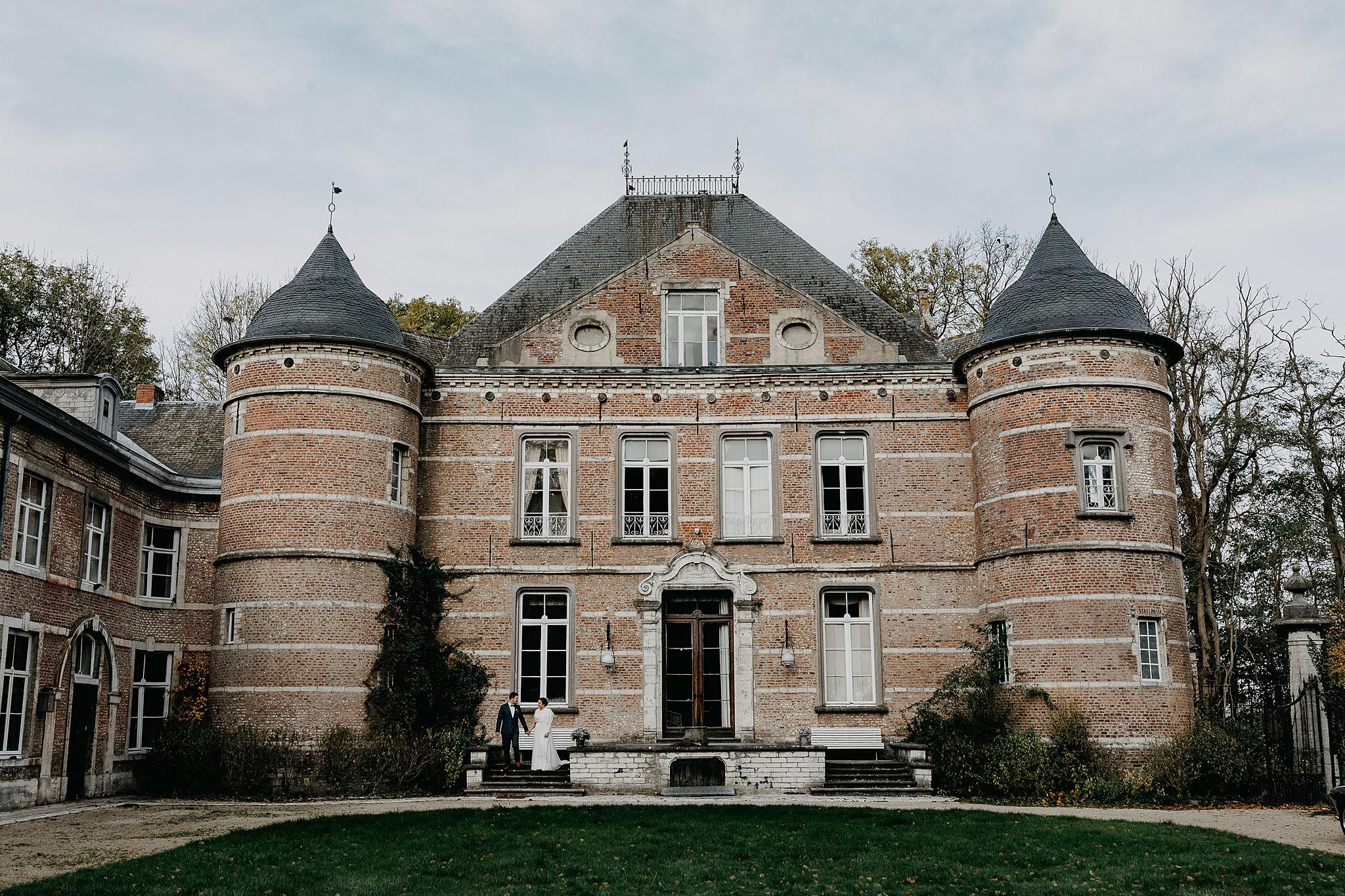 Bruidspaar voor gevel kasteel van Oorbeek