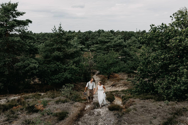 bruidspaar wandelt duin De Teut
