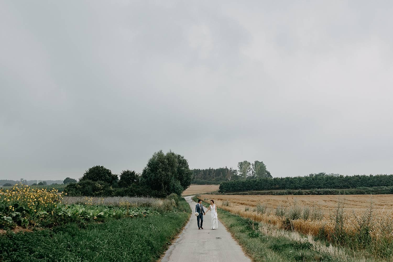 bruidspaar wandelt fruitstreek Zoutleeuw
