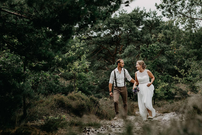 bruidspaar wandelt heide De Teut