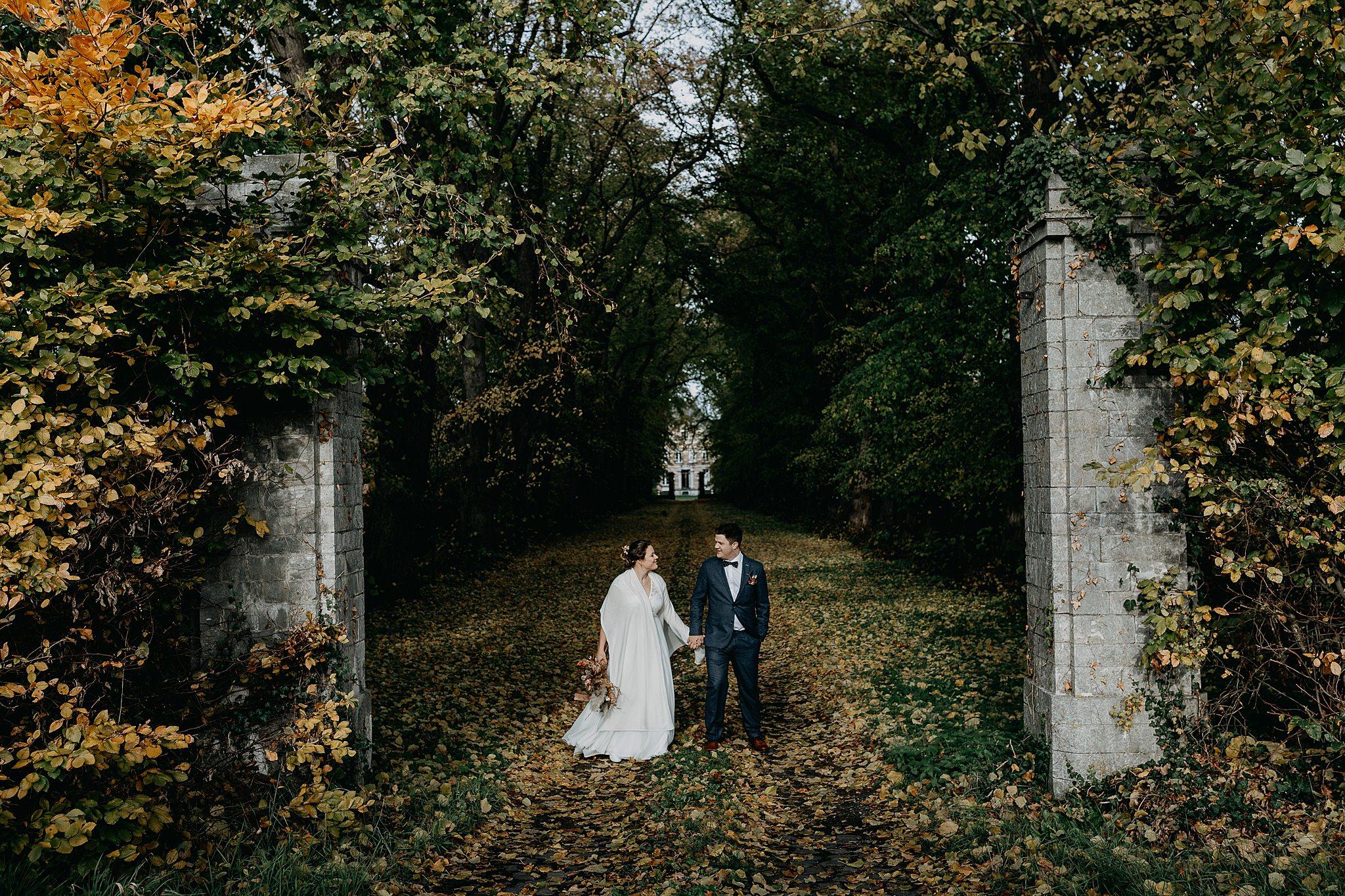Kasteel van Oorbeek bruidspaar wandelt stenen poort