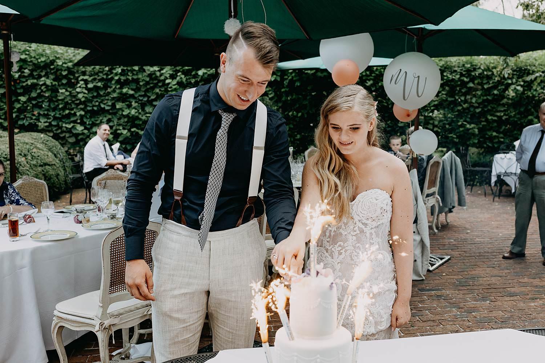 Bruidstaart aansnijden Den Lozen Boer huwelijk