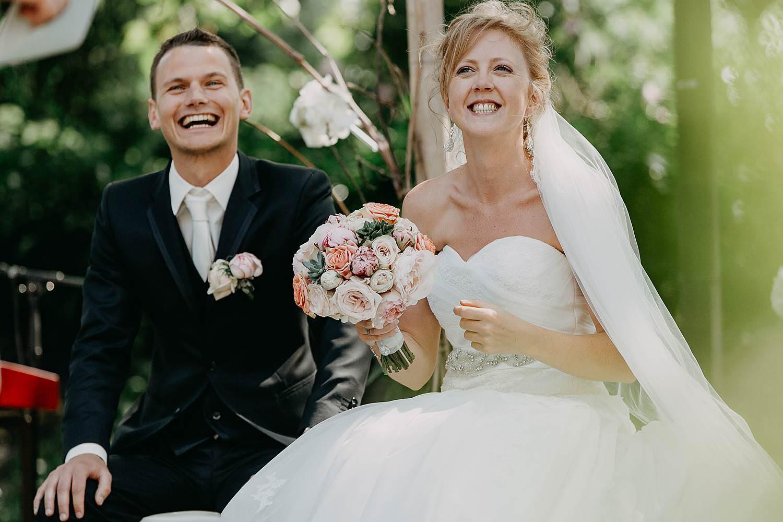 Buitenceremonie bruidspaar lacht