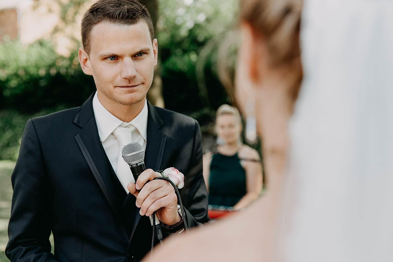 Buitenceremonie huwelijk ja-woord bruidegom