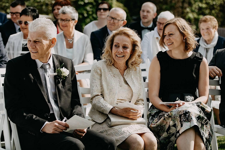 familie kijkt intrede huwelijk