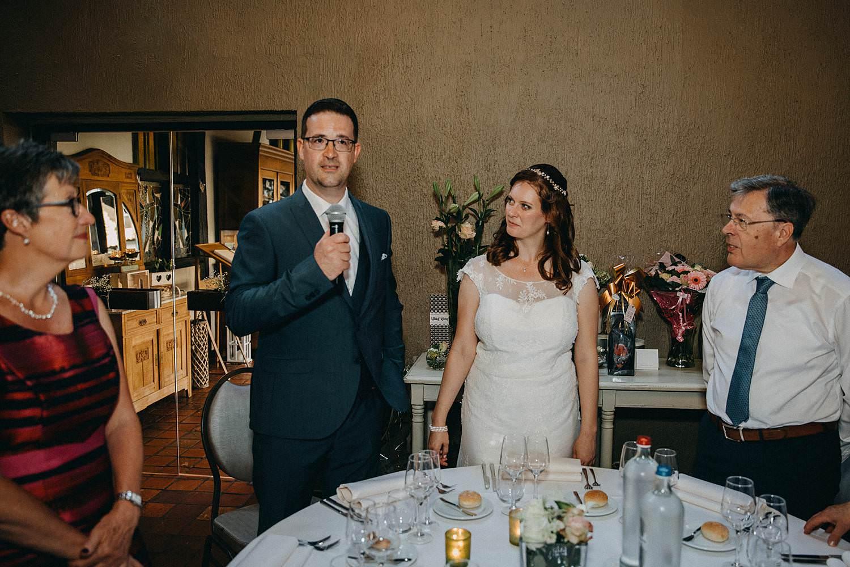 De Baenwinning bruidspaar in feestzaal