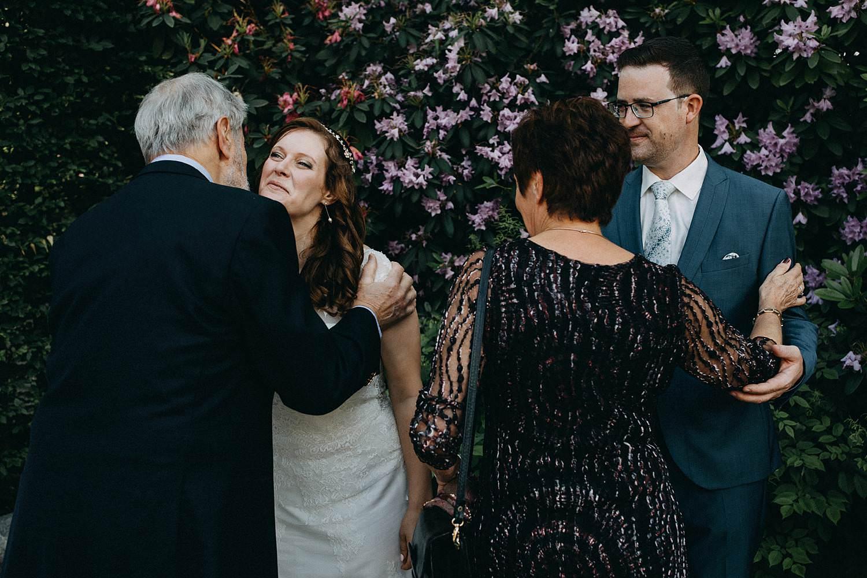 De Baenwinning huwelijk bruidspaar groet gasten
