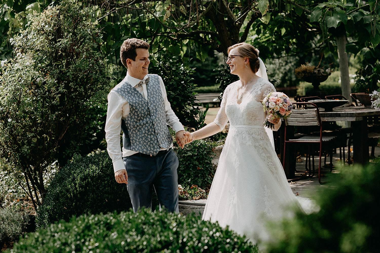 De Bremders tuin huwelijksreportage bruidspaar