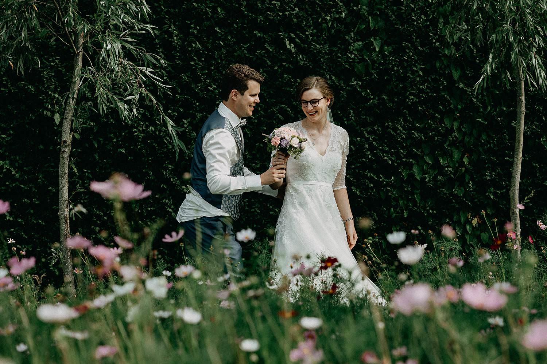 De Bremders tuin huwelijksreportage koppel