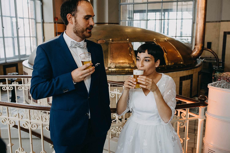 De Hoorn feestzaal huwelijk binnenreceptie bruidspaar drinkt bier
