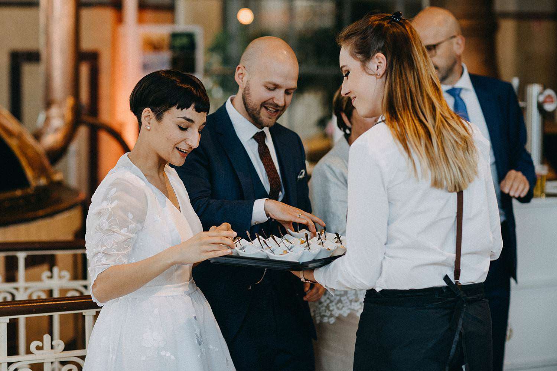 De Hoorn feestzaal huwelijk bruidspaar ontvangt hapjes