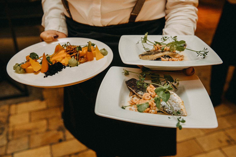 De Hoorn feestzaal huwelijk serveren maaltijd