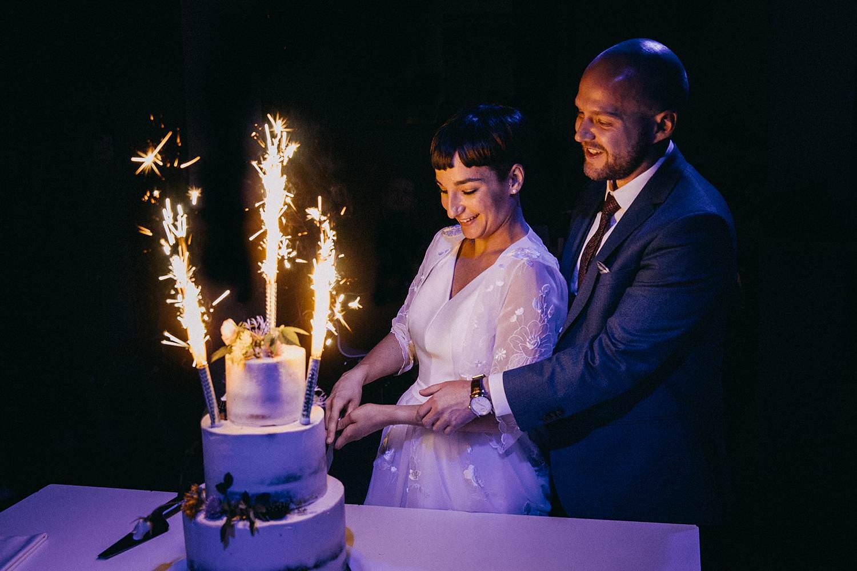 De Hoorn huwelijk aansnijden bruidstaart met vuurwerk