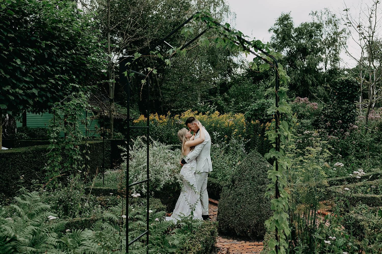 De Lozen Boer bruidspaar portret tuin