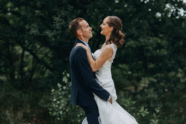 De Teut buitenlocatie bruidegom tilt bruid