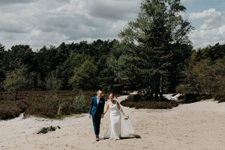 De Teut huwelijk bruidspaar in zand