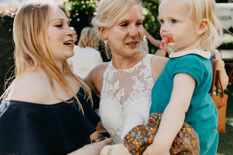 De Venkel huwelijk buitenreceptie bruid met baby op haar arm