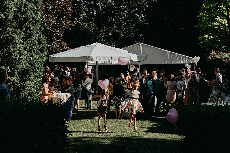 De Venkel huwelijk buitenreceptie bruidskinderen spelen in tuin