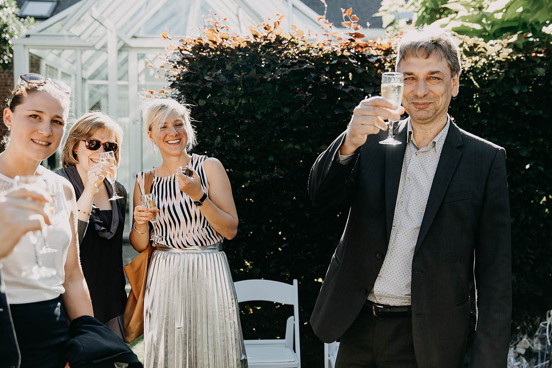De Venkel huwelijk buitenreceptie gast toast met drank