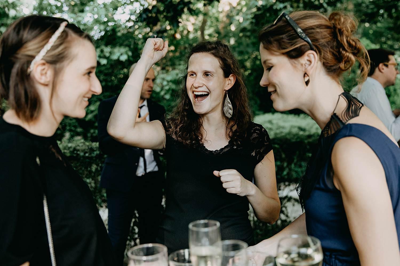 De Venkel huwelijk buitenreceptie gasten aan tafel