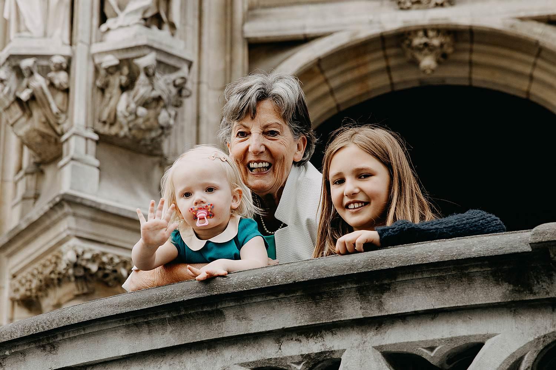 Stadhuis Leuven huwelijk dochtertje en oma kijken vanaf balkontrap