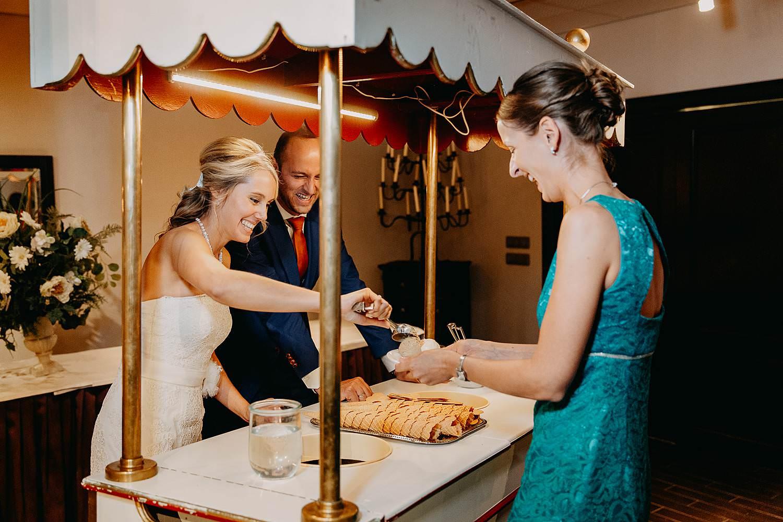 De Vesten dessertenbuffet bruidspaar achter ijskar