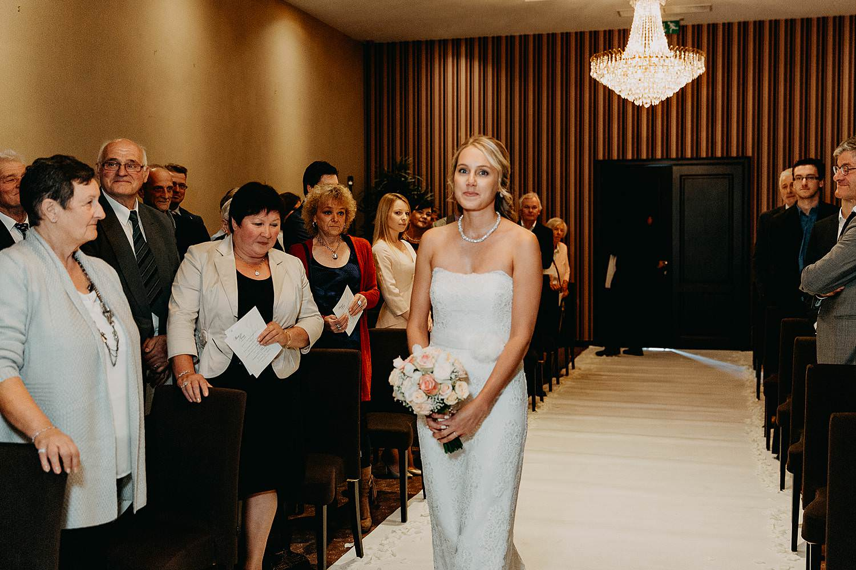 De Vesten feestzaal bruid wacht bij intrede