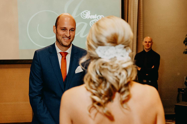 De Vesten huwelijk binnenceremonie bruidegom kijkt naar bruid