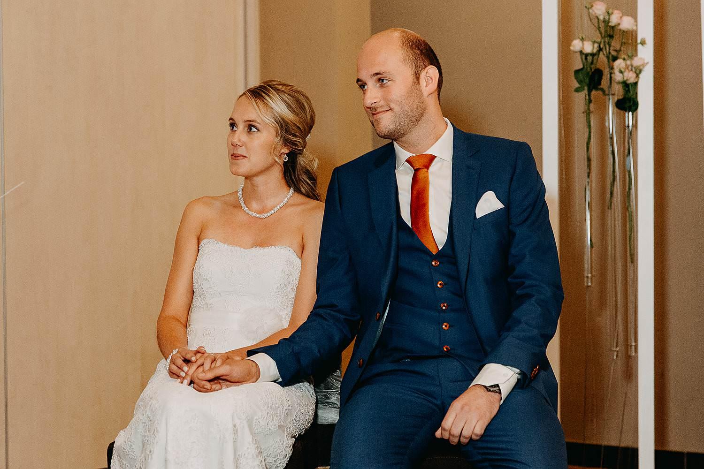 De Vesten huwelijk binnenceremonie bruidspaar zit