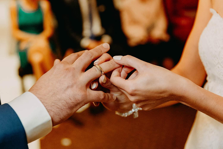 De Vesten huwelijk binnenceremonie uitwisselen huwelijksringen