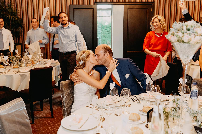 De Vesten huwelijk bruidspaar kust aan tafel