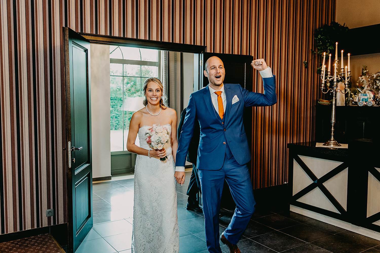 De Vesten huwelijk intrede bruidspaar in feestzaal