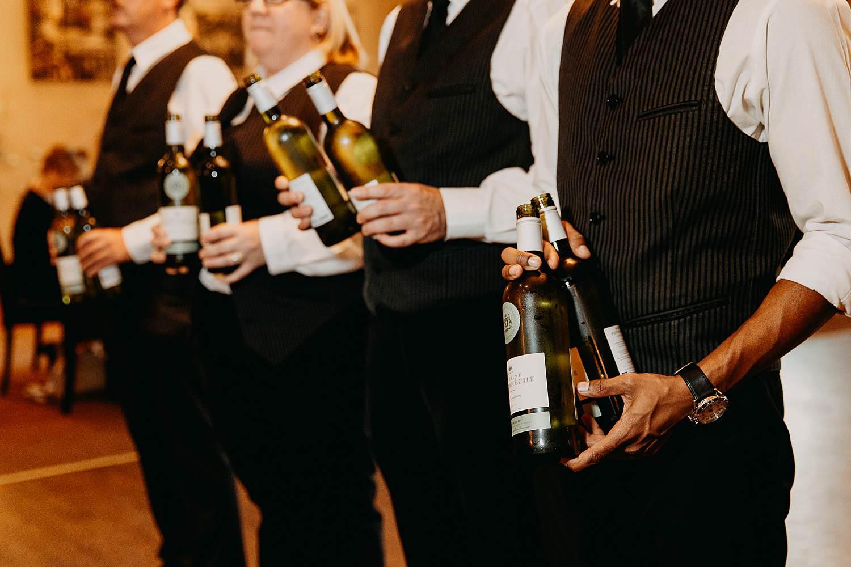 De Vesten huwelijk obers met wijnflessen