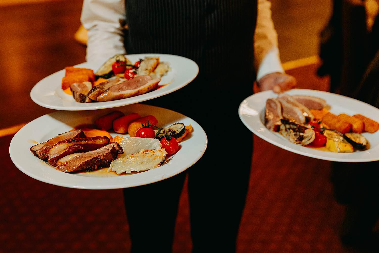 De Vesten huwelijk serveren bruidsmaaltijd op borden