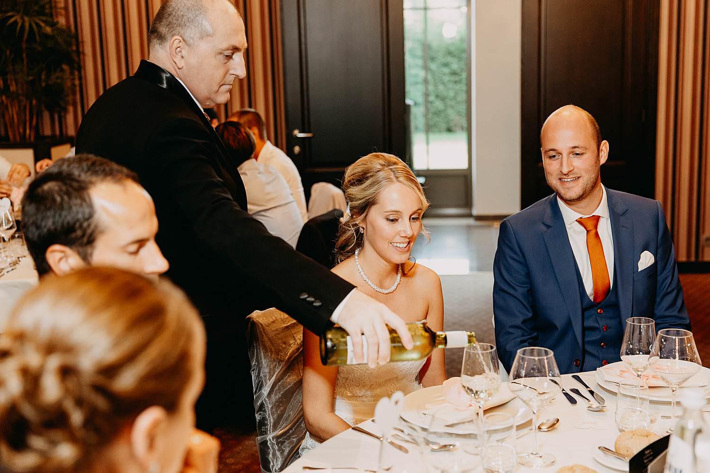De Vesten huwelijk serveren wijn aan bruidspaar