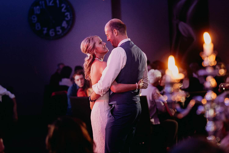 De Vesten openingsdans bruidspaar danst tussen kandelaars
